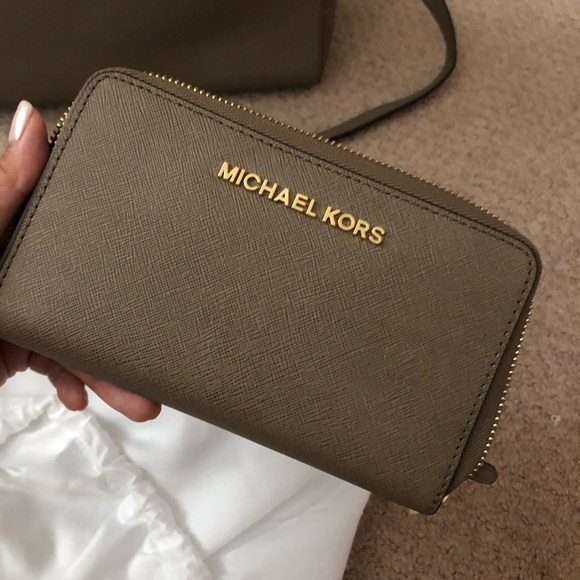 Michael Kors Handbags - Michael Kors Jet Set Wallet